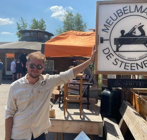 Sander bij het logo van de Steenbeuk